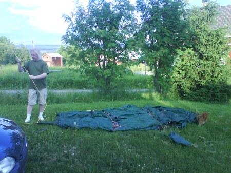 03 jussie slår upp tältet